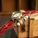 Smykkeur med rød rem og rød snor